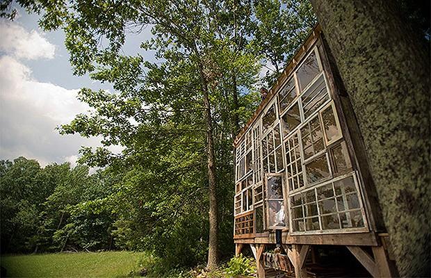 A fachada de janelas permite interação entre o interior e a natureza (Foto: Reprodução/Inhabitat)