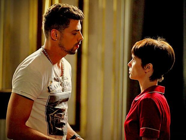 Nina fica tensa com as indiretas de Jorginho (Foto: Avenida Brasil/ TV Globo)