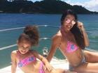 Scheila Carvalho e filha fazem pose com biquínis de mesma estampa