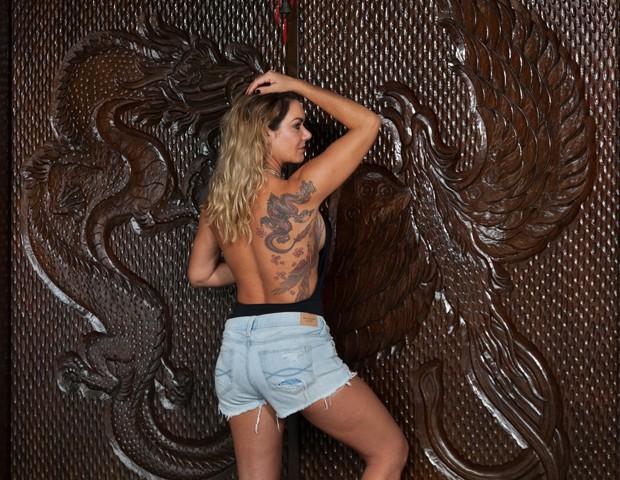 Tatuagem de Luize Altenhofen inspirou desenho de porta em madeira talhada (Foto: Marcos Rosa/Editora Globo)