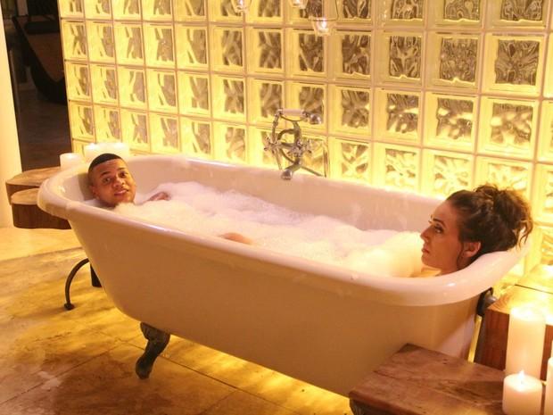MC Duduzinho e Priscila Uba em gravação de clipe em uma mansão na Zona Sul do Rio (Foto: Rodrigo dos Anjos/ Divulgação)