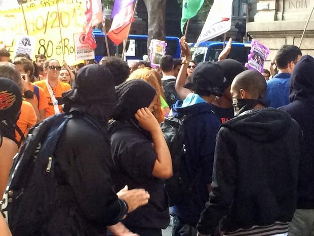 Mascarados no meio da manifestação no Centro do Rio (Foto: Daniel Silveira/G1)