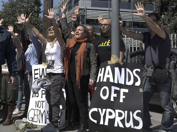 Manifestantes protestam enquanto o comboio do presidente do país, Nicos Anastasiades, chega ao Parlamento nesta segunda-feira (18) em Nicosia, a capital do país (Foto: Yorgos Karahalis/Reuters)
