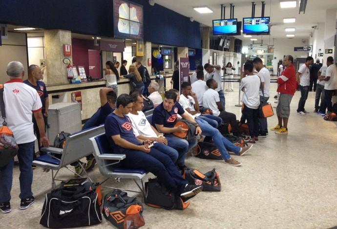 Uberaba USC embarca para Muriaé de avião Módulo II (Foto: Mário Sérgio Santos)