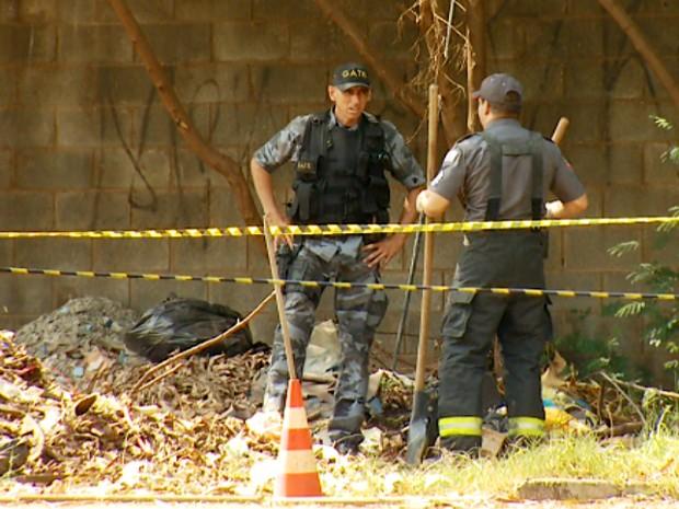 Policiais abrem buraco para explodir bomba em terreno de Campinas (Foto: Savio Monteiro/EPTV)