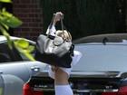 Sem sutiã, Miley Cyrus esconde o rosto e quase mostra demais
