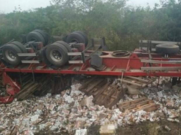 Caminhão tomba e motorista morre na BR-232 em Serra Talhada (Foto: Divulgação/PRF)