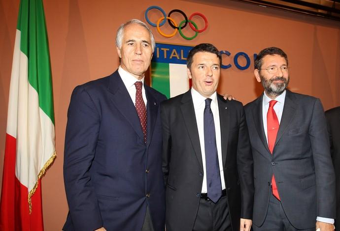 Matteo Renzi, o primeiro-ministro, ao centro, e Ignazio Marino, o prefeito, à direita (Foto: Getty Images)