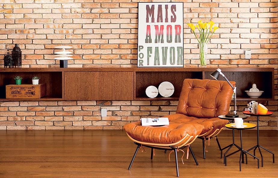 """Os tijolos de demolição cortados pela metade foram aplicados sobre a parede branca. """"Ficou igual à dos lofts de Nova York, como pediu o jovem morador"""", diz a arquiteta Nicole Finkel. """"Ele não quis qualquer acabamento porque gosta da rusticidade"""""""