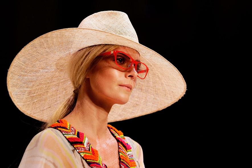 Modelo em desfile da Roopa Pemmaraju, no Festival de Moda Mercedes-Benz, em Sydney
