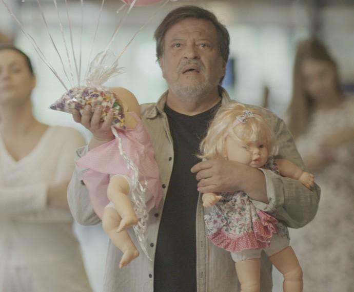 Massimo leva um susto ao ver as sobrinhas (Foto: TV Globo)