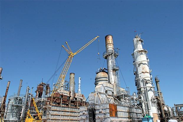 ATROPELO A refinaria  de Pasadena,  no Texas. Uma auditoria diz  que a Petrobras desrespeitou  a regra para  fazer serviços  na unidade   (Foto: Richard Carson/Petrobras)
