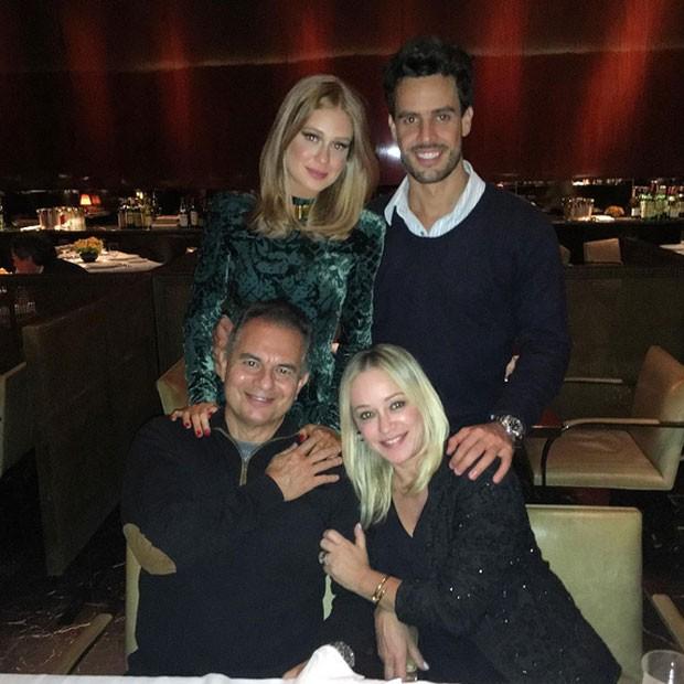 Marina Ruy Barbosa com o namorado, Xandinho Negrão, e os pais, Paulo Ruy Barbosa e Gioconda Ruy Barbosa (Foto: Instagram/ Reprodução)