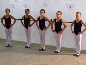 Aulas de balé são oferecidas de graça a crianças de Resende (Foto: Márcio Fabian/Prefeitura Resende)
