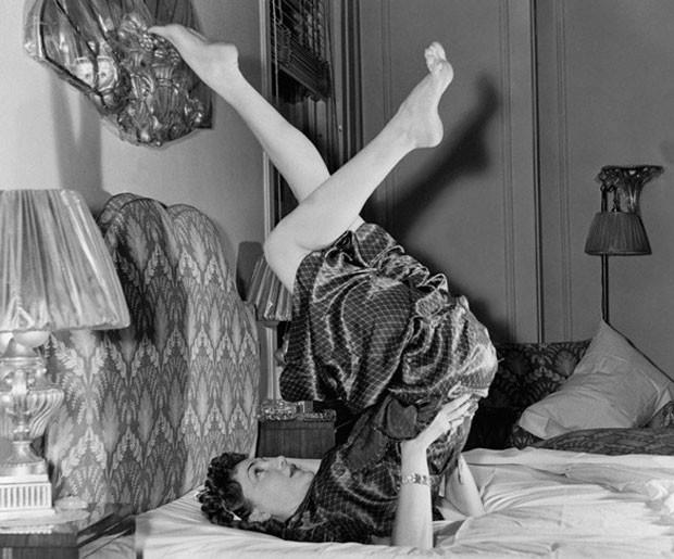 Xô, preguiça! Conheça cinco exercícios para se fazer na cama
