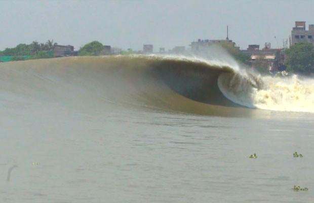 Quatro aventureiros em busca da pororoca do Rio Ganges, uma onda jamais surfada.  (Foto: Reprodução/RPC)