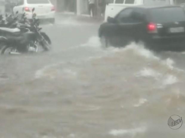 Enchentes na Rua São Paulo são comuns em São Joaquim da Barra, dizem lojistas (Foto: Reprodução/EPTV)