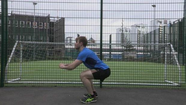 Agachamentos trabalham parte inferior do corpo (Foto: BBC)