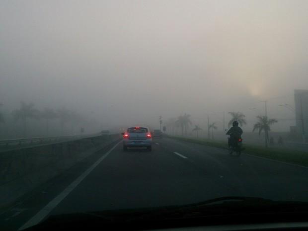 Neblina cobre cidade de Praia Grande na manhã desta segunda-feira (Foto: Orion Pires/G1)