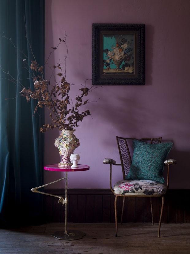 Décor do dia: ultra violet na decoração do hall (Foto: Reprodução)