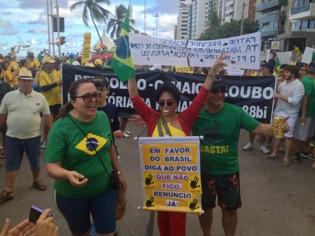 No Recife, mulher se veste de Dilma Rousseff e diz em placa que vai deixar o cargo (Foto: Kety Marinho/TV Globo)