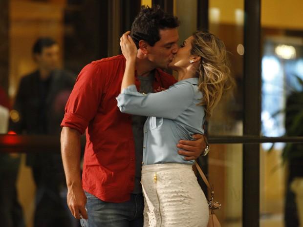 Cheios de amor! Théo e Érica se beijam sem perceber Morena (Foto: Salve Jorge/TV Globo)