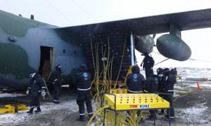 Imagem mostra operação feita entre março e abril para nivelar o avião Hércules C-130 que se acidentou no fim de 2014 na Antártica (Foto: Divulgação/FAB)