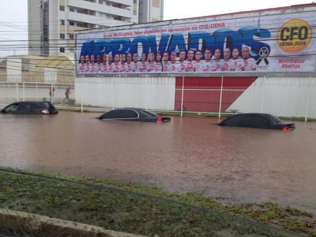 Veículos ficaram praticamente submersos devido ao temporal (Foto: Divulgação/Daniel Facunges)