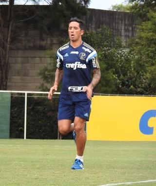 Barrios trabalha em campo na Academia de Futebol nesta sexta (Foto: Rodrigo Faber)
