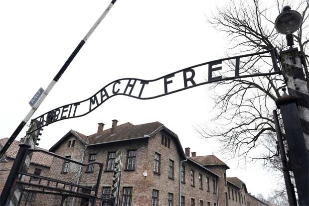 Entrada principal de Auschwitz nos dias atuais, ainda com a famosa placa com os dizeres 'O trabalho liberta' (Foto: Pawel Ulatowski/Reuters)
