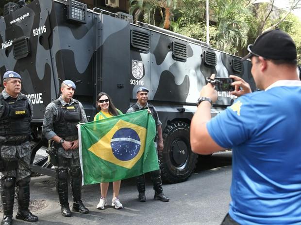 Manifestantes tiram foto com policiais do Choque durante ato na Avenida Paulista (Foto: Fabio Tito/G1)
