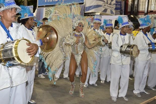 Raphaela Nascimento, rainha de bateria da Tradição, na Sapucaí (Foto: Roberto Teixeira / EGO)