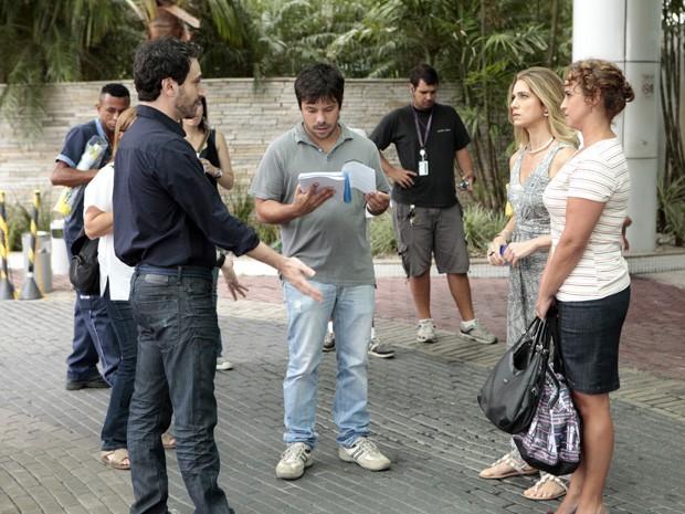 Letícia Spiller e Caco Ciocler passam o texto com o diretor João Paulo Jabur (Foto: Salve Jorge/TV Globo)