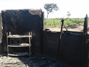 Barraca queimada em aleida no extremo-sul da Bahia (Foto: Funai)