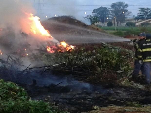 Bombeiros trabalharam para conter as chamas e apagar o fogo (Foto: Tom Mazim/TVTEM)