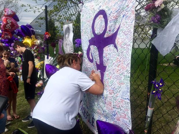 Homenagens em frente à casa de Prince neste sábado (23) (Foto: AP Photo/Jeff Baenen)