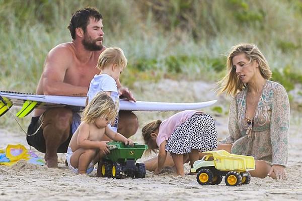 A família Hemsworth curtindo um dia na praia (Foto: Divulgação)