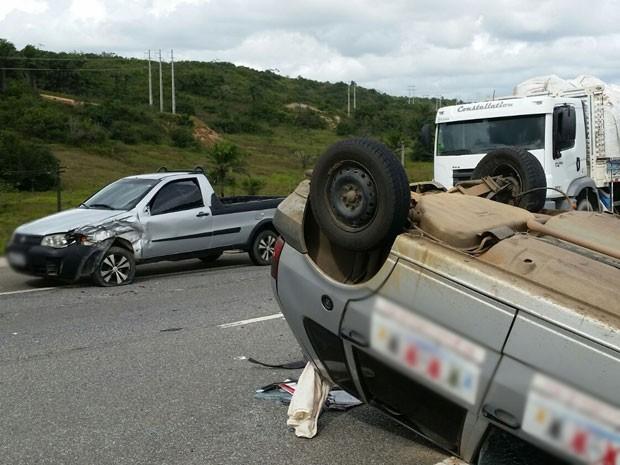 Carro capotou após ser atingido na traseiro por picape na BR-101, PB (Foto: Walter Paparazzo/G1)