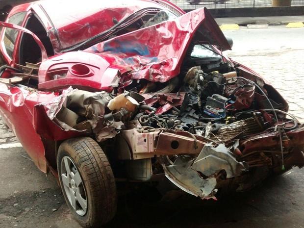 carro ficou com frente destruída depois de acidente (Foto: Cristina Requena/G1)