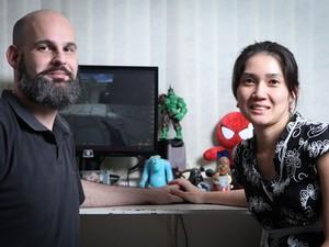 O casal Tiago Incao e Paula Nishimura se conheceram jogando 'Counter Strike' em uma lan house e hoje são pais de Sandra. (Foto: Caio Kenji/G1)