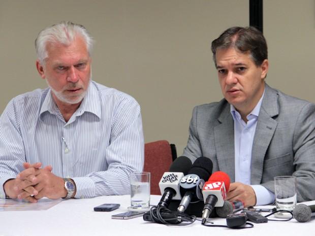 Carlinhos Almeida (à dir.) afirmou apenas que existem três projetos específicos para moradores retirados do terreno em janeiro de 2012 (Foto: Carlos Santos/G1)