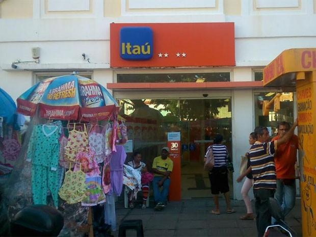 Agência assalta fica no comércio popular do Recife (Foto: Jaelson Abreu / TV Globo)