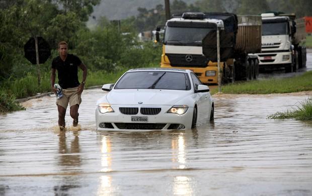 Jô atola o carro em frente à Cidade do Galo (Foto: Angelo Petinatti / O Tempo)