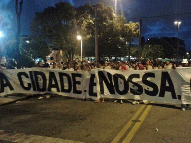 A Cidade é Nossa mostra faixa dos manifestantes (Foto: Vitor Tavares/G1)