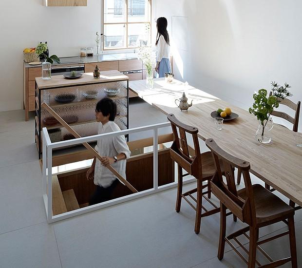 Bom truque para imóveis pequenos: aproveitar todos os espaços, até em cima do vão da escada (Foto: Divulgação)