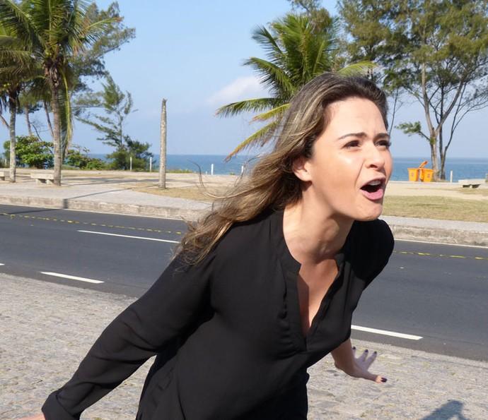 Jornalista se diverte durante gravação (Foto: Brunella Menezes/Gshow)