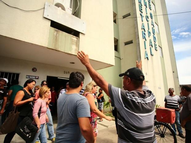 Agentes de endemias ocuparam prédio da Secretaria de Saúde de Maceió (Foto: Jonathan Lins/G1)