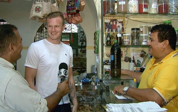 Jean Drosny (branco) conheceu pontos turísticos de Rio Branco e os produtos feitos com plantas da floresta amazônica (Foto: Globo Esporte Acre)