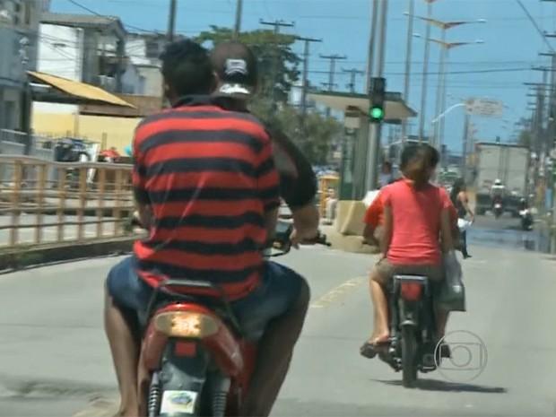 Falta de placa atrapalha a fiscalização do não uso de capacete (Foto: Reprodução / NE TV)