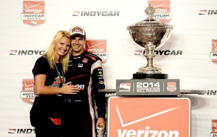 Will Power com o troféu da Fórmula Indy (Foto: Getty Images)